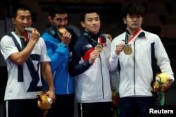 Казахстанский борец Данияр Кайсанов (слева), серебряный призер Азиады, на церемонии награждения. 19 августа 2018 года.