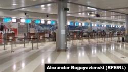Празният пътнически терминал на международното летище в Киев, един от хилядите в света