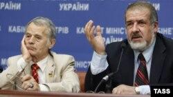 Мостафа Җәмилев (c) һәм Мәҗлес рәисе Рифат Чубаров Киевта матбугат очрашуында. 10 июль 2014