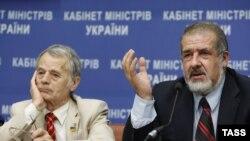 Мустафа Джемилев (слева) и Рефат Чубаров, руководитель Меджлиса крымско-татарского народа. Киев, 10 июля 2014 года.