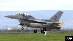 "A U.S. F-16 takes off during the Romanian-American exercise ""Dacian Viper 2014"" which began on April 10 in northwestern Romania"