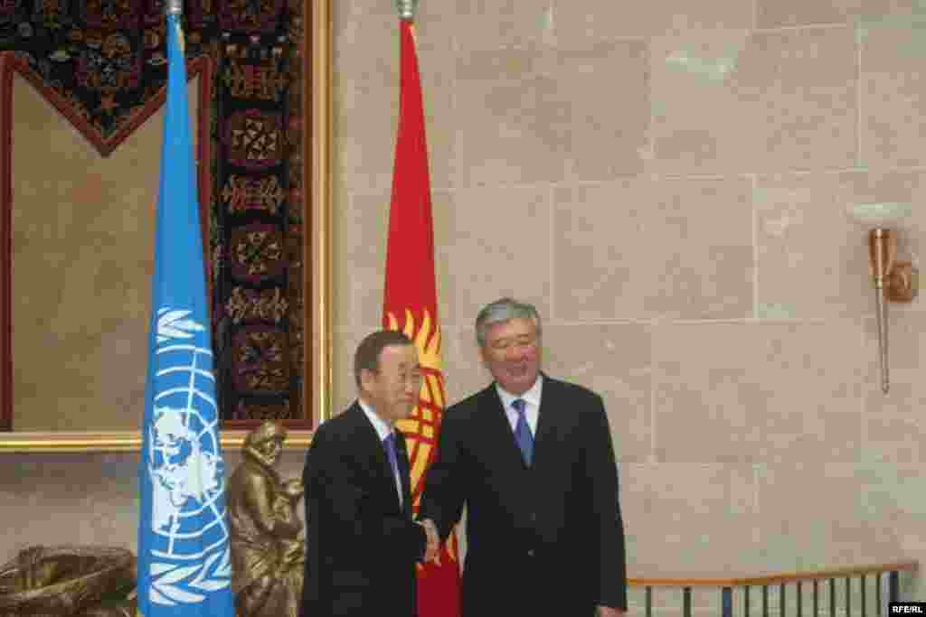 БУУнун баш катчысы Кыргызстандын премьер-министри Данияр Үсөнов менен жолугушууда.