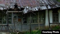 Detaliu al casei compozitorului George Enescu de la Mihăileni, fotografiată la începutul acestei luni