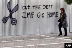 """Граффити в Афинах: """"Убирайся, МВФ"""". Члены правительства подыгрывают настроениям, которые есть у части греческого общества"""