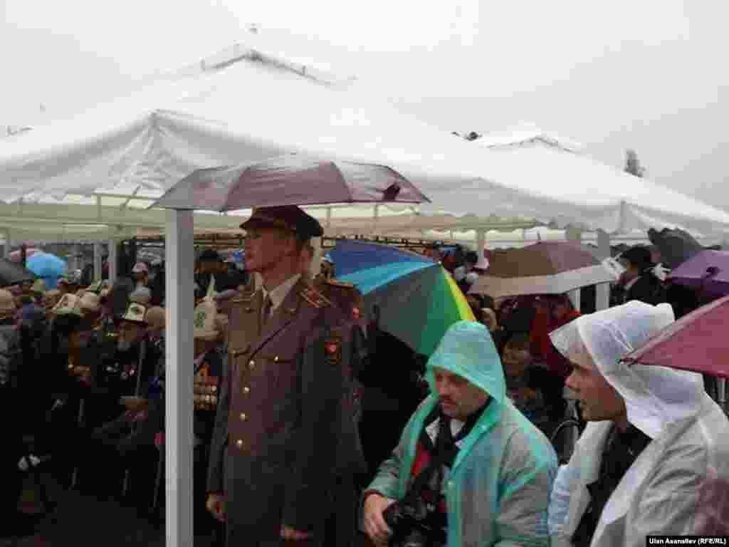 Во Второй мировой войне принимало участие 360 тысяч кыргызстанцев. Из них около 150 тысяч были награждены медалями и орденами. На фронте погибло около 114 833 человек.