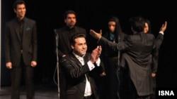 وحید تاج، خواننده موسیقی سنتی، میگوید در شب اول کنسرت خود یک بار موفق شده به روی صحنه برود و به تشویق تماشاچیان پاسخ بگوید، اما بقیه لحظات کنسرت بدون حضور او برگزار شده است