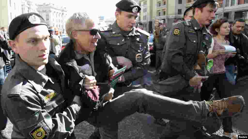 Police officers detain an opposition activist for taking part in a rally protesting a bill to authorize larger fines for violations during rallies in central Moscow. (Reuters/Sergei Karpukhin)