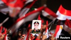 Портрет генерала Абдель Фата ас-Сиси на площади Тахрир в Каире 3 июля 2013 г.