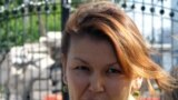 Джамиля Джакишева, жена арестованного топ-менеджера Мухтара Джакишева - Джамиля Джакишева у ворот тюрьмы КНБ в ожидании свидания с мужем. Астана, 31 июля 2009 года. Бывший президент «Казатомпрома» Мухтар Джакишев и его бывшие заместители подозреваются в хищении государственных средств. Дело было заведено после заявления тогда экс-депутата парламента Татьяны Квятковской, которая потребовала уголовного расследования деятельности Мухтара Джакишева на посту главы «Казатомпрома».