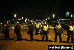 Шабуыл болған аумақта тұрған полиция қызметкерлері. Лондон, 4 маусым 2017 жыл.