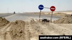 Дорожные знаки на строящейся дороге в Туркменистане. Иллюстративное фото.