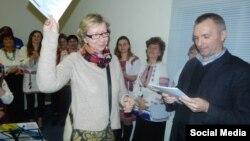 Петро Тима (справа) та Іза Хруслінська - організатори громадського збору коштів на відзначення 70-річчя операції «Вісла»