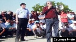 Жанболат Мамай и Болат Атабаев во время встречи с бастующими нефтяниками. Актау, июнь 2011 года.