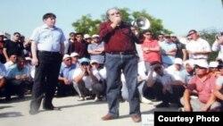 В центре: гражданский активист Жанболат Мамай и оппозиционный политик Болат Атабаев во время выступления перед бастующими нефтяниками Жанаозена летом 2011 года. Фотография с выставки в годовщину забастовки нефтяников Мангистауской области.