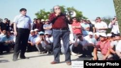 Оппозиционный политик Болат Атабаев выступает перед бастующими нефтяниками Жанаозена летом 2011 года. Фото с выставки в годовщину забастовки нефтяников Мангистауской области.