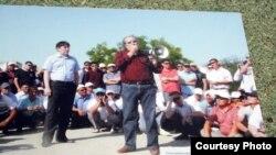 """Жанболат Мамай, лидер молодежной организации """"Рух пен тил"""" и Болат Атабаев, режиссер и оппозиционный политик, во время встречи с бастующими нефтяниками в Актау, июнь 2011 года."""