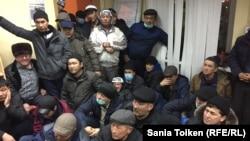 """Находящиеся на голодовке работники OCC выслушивают сообщение властей о том, что суд признал их голодовку """"незаконным протестом"""". Актау, 19 января 2017 года."""