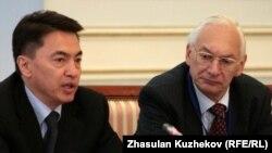 Аскар Шакиров, уполномоченный по правам человека в Казахстане, и Александр Кельчевский, глава Центра ОБСЕ в Казахстане. Астана, 15 октября 2010 года.