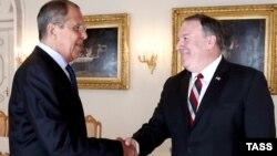 Sekretari amerikan i Shtetit, Mike Pompeo (djathtas) dhe homologu i ri rus, Sergei Lavrov, foto nga arkivi.