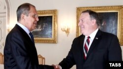 Sergei Lavrov (left) meets with Mike Pompeo in Helsinki on July 16.