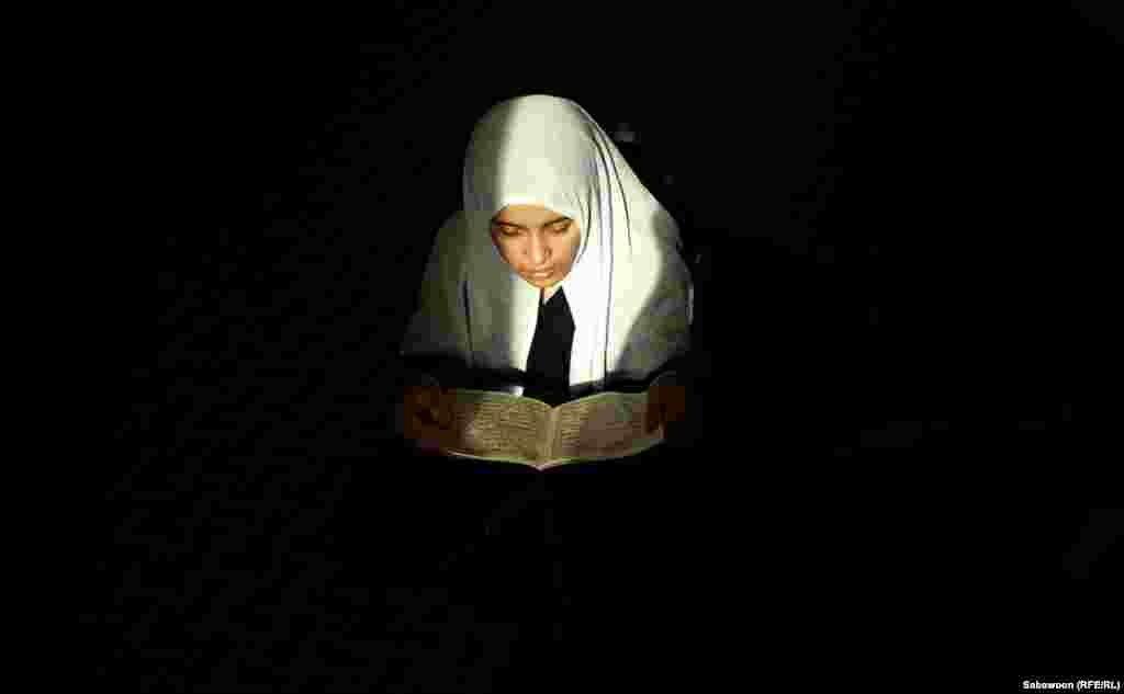 14-річна Шакіла читає Коран в мечеті в Кабулі. У майбутньому хоче стати вчителькою.
