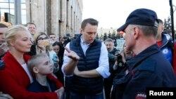 Алексей Навальный спорит с полицией на митинге против сноса