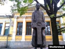 Пам'ятник історику Дмитру Яворницькому біля Дніпровського історичного музею