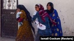 Женщины с детьми бегут из турецко-сирийского приграничья. 10 октября 2019