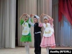 Кизнер балалар бакчасында татар мәдәнияте белэн танышучы балалар чыгышы