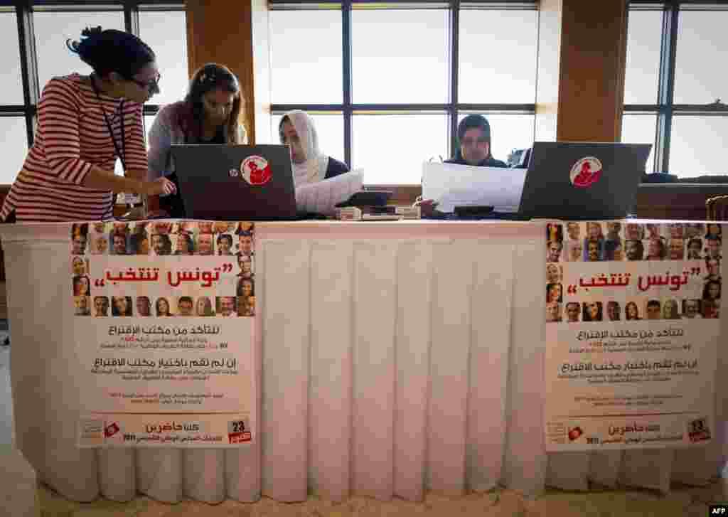 اعضای مؤسسه برگزاری انتخابات در حال جمعآوری نتایج رأیگیری