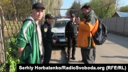 Александр Тышкевич (справа) общается с патрульными полицейскими