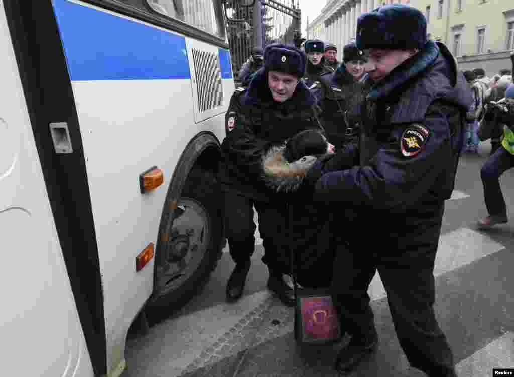 Мәскәүдә сугышка каршы демонстрациячеләрне полиция тоткарлый.