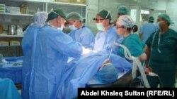 أطباء إيطاليون يجرون عملية جراحية في مستشفى بدهوك