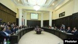 Armenia - Prime Minister Karen Karapetian holds a cabinet meeting in Yerevan, 22Sep2016.