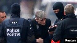 Бельгийские полицейские в ходе спецоперации в пригороде Брюсселя Шаербике, 25 марта 2016 года.