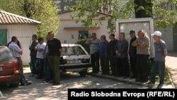 Протест на отпуштени пожарникари-Македонци во општина Кичево.