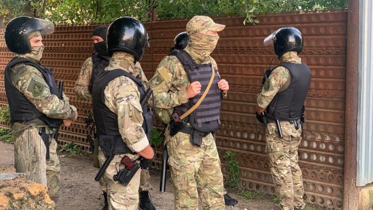 Российские силовики провели обыски в домах крымчан. Кадры с мест событий (видео)
