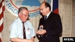 Azamat Altay, former Kyrgyz Service Director (left) at Radio Liberty's 50th Anniversary | Prague, June 5, 2003