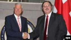 Генсекретарь Совета Европы Tорбьёрн Ягланд (слева) и министр иностранных дел Грузии Григол Вашадзе