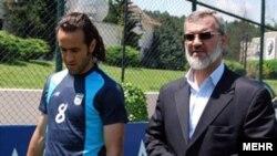 علی کریمی (چپ) همراه با محمد رویانیان، مدیر باشگاه پرسپولیس