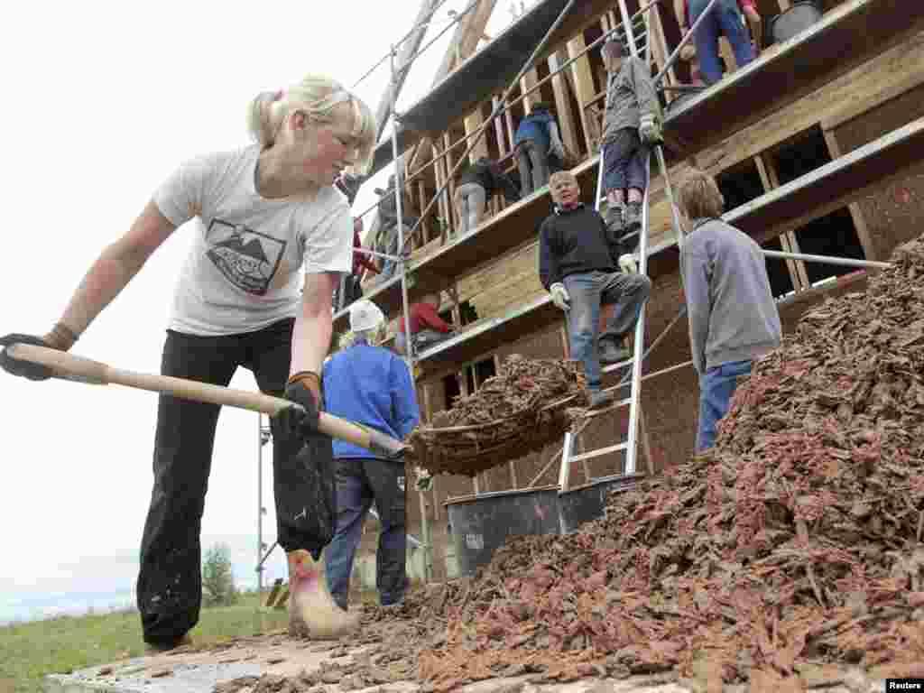 Німецькі та білоруські волонтери будують житло для постраждалих від чорнобильської катастрофи, село Старий Лепель, 17 серпня. Photo by Vasily Fedosenko for Reuters