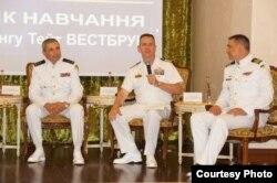 Командующий ВМС ВСУ Игорь Воронченко (слева), руководитель «Си Бриз-2017» от американской стороны капитан первого ранга Тейт Уэстбрук и руководитель «Си Бриз-2017» от украинской стороны капитан первого ранга Алексей Неижпапа (справа)