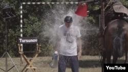 Режиссер Ермек Тұрсынов Ice Bucket Challenge акциясына қатысып, су құйынып тұр. 2014 жылдың тамызы.