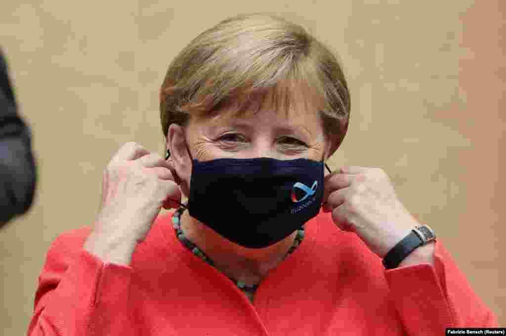 ГЕРМАНИЈА - Германската канцеларка Ангела Меркел почна да носи заштитна маска во јавноста, откако беше цел на критики поради тоа што не ја носеше, и покрај препораките на владата за сузбивање на коронавирусот.