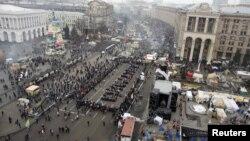 Демонстранты на Майдане выстроились в ряд словом «люстрация». Киев, 19 декабря 2013 года.