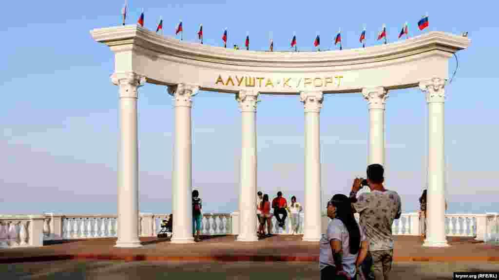 Главная достопримечательность набережной Алушты ‒ ротонда