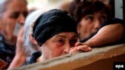В Гори местные жители в ожидании гуманитарной помощи, 21 августа 2008 года
