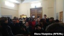 Люди пришли поддержать обвиняемых