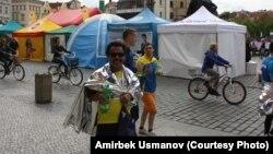 Америкалык инженер-марафон сүйүүчү Алесандро Нунес. Марафондон кийин. Праганын Эски аянты. 3-май, 2015-жыл.