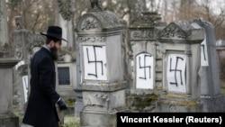 Rabini Harold-Abraham Weill viziton varrezat e dëmtuara hebreje